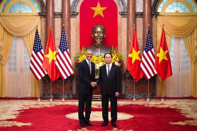Tổng thống Mỹ Barack Obama (trái) và Chủ tịch nước Việt Nam Trần Đại Quang tại Phủ Chủ tịch.