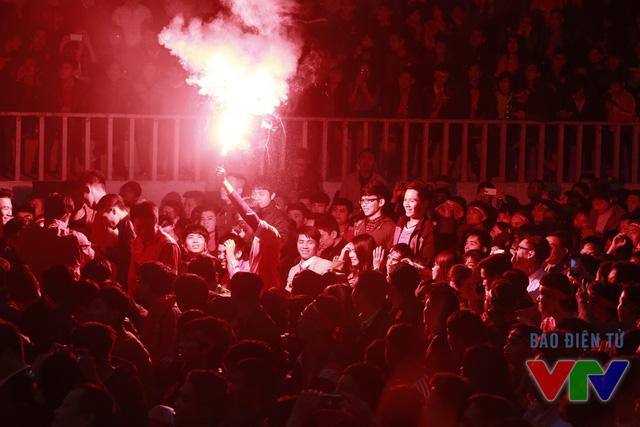 Pháo sáng đã được đốt lên trong hội trường Đại học Y Hà Nội chỉ 3 phút sau đó khi Rashford ghi bàn nhân đôi cách biệt