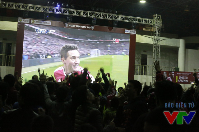 Và rồi tất cả lại nhảy cẫng lên vì hạnh phúc khi Ander Herrera ghi bàn nâng tỷ số lên 3-1 trong hiệp 2