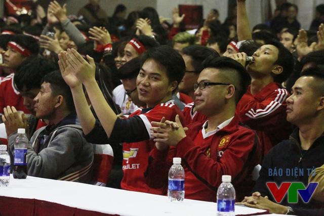Tràng pháo tay tán thưởng dành cho màn trình diễn xuất thần của các cầu thủ trẻ