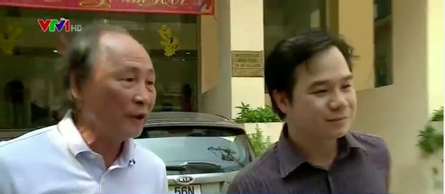 Ông Nguyễn Mộng Giao (trái) - một trong những người bị nhà trường chấm dứt hợp đồng