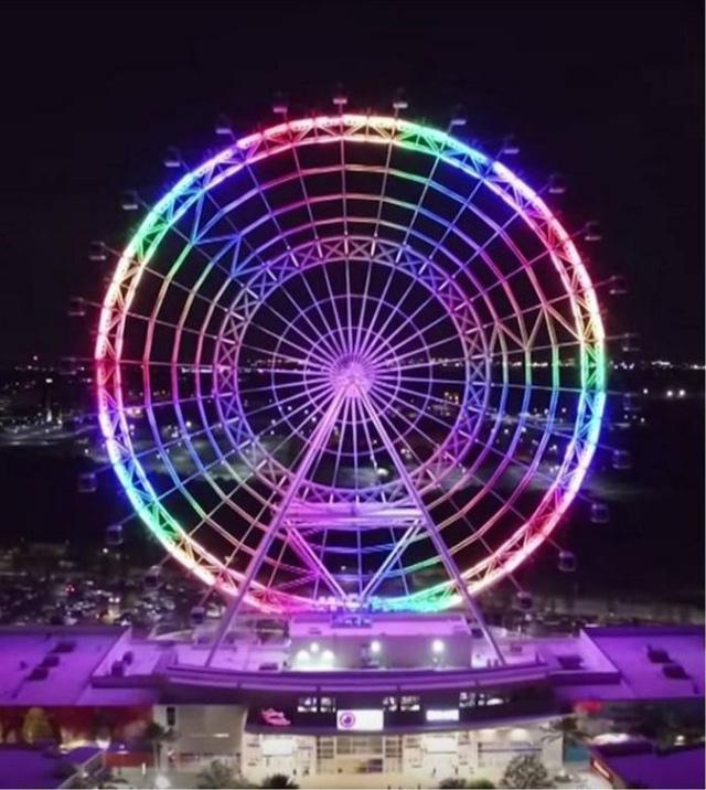 Orlando Eye cũng thắp đèn tưởng niệm nạn nhân xả súng. (Ảnh: FB)