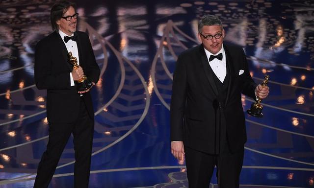 Charles Randolph và Adam McKay nhận giải Kịch bản chuyển thể xuất sắc cho phim The Big Short. (Ảnh: Mark Ralston/AFP/Getty Images)