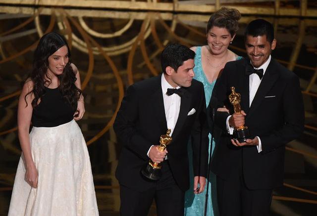Gabriel Osorio và Pato Escala (thứ hai bên phải) nhận giải cho Phim hoạt hình ngắn xuất sắc, Bear Story. (Ảnh: Mark Ralston/AFP/Getty Images)