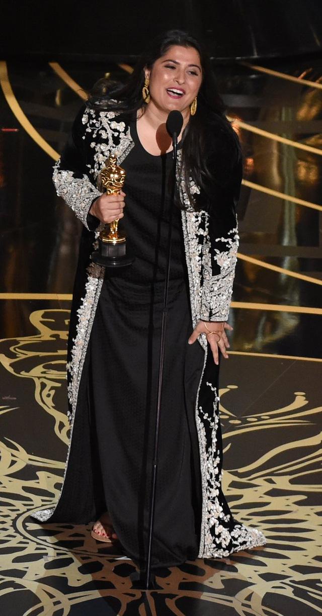 Nhà báo kiêm nhà làm phim Sharmeen Obaid-Chinoy nhận giải Phim tài liệu ngắn xuất sắc cho phim A Girl in the River. (Ảnh: Mark Ralston/AFP/Getty Images)