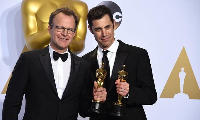 """Tom McCarthy và Josh Singer nhận giải Kịch bản gốc xuất sắc cho phim """"Spotlight. (Ảnh: Jordan Strauss/Invision/AP)"""