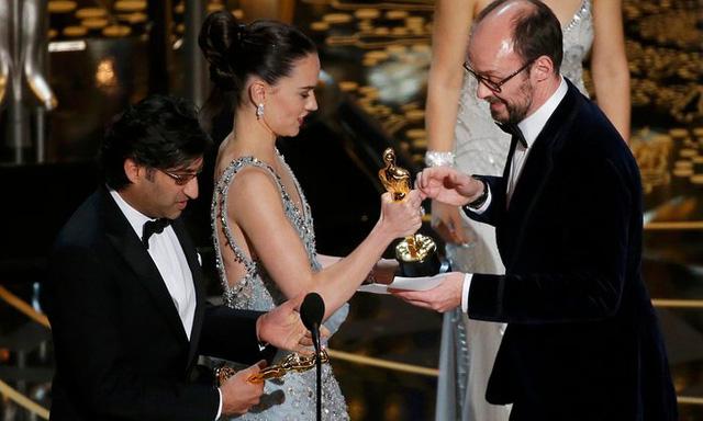 Daisy Ridley và Asif Kapadia trao giải Phim tài liệu xuất sắc cho James Gay-Rees. (Ảnh: Mario Anzuoni/Reuters)
