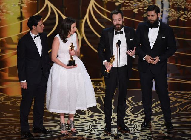 Benjamin Cleary (thứ 3 bên trái) và Serena Armitage (thứ 2 bên trái) nhận giải Phim ngắn xuất sắc cho phim Stutterer. (Ảnh: Mark Ralston/AFP/Getty Images)
