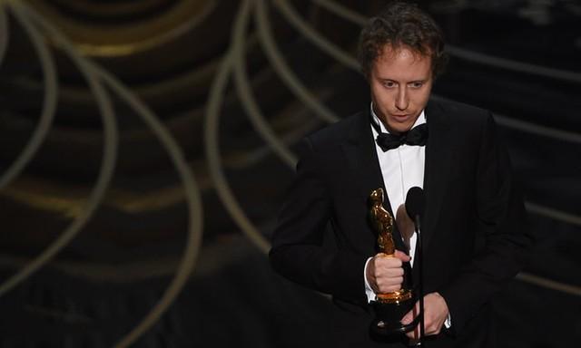 Laszlo Nemes, đạo diễn của phim Son of Saul, nhận giải Phim nước ngoài xuất sắc. (Ảnh: Mark Ralston/AFP/Getty Images)