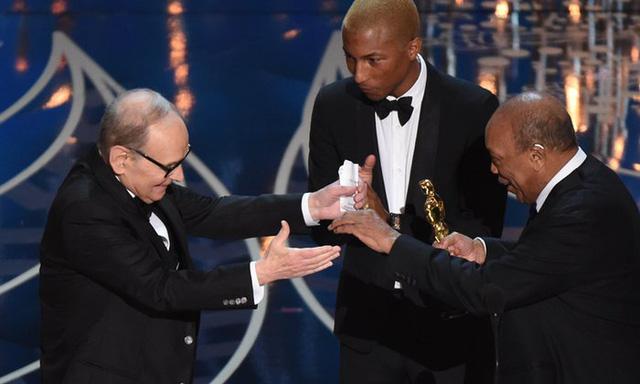 Ennio Morricone (trái) nhận giải Nhạc nền xuất sắc cho phim The Hateful Eight từ nhà sản xuất Quincy Jones (rphải) và Pharrell Williams. (Ảnh: Mark Ralston/AFP/Getty Images)