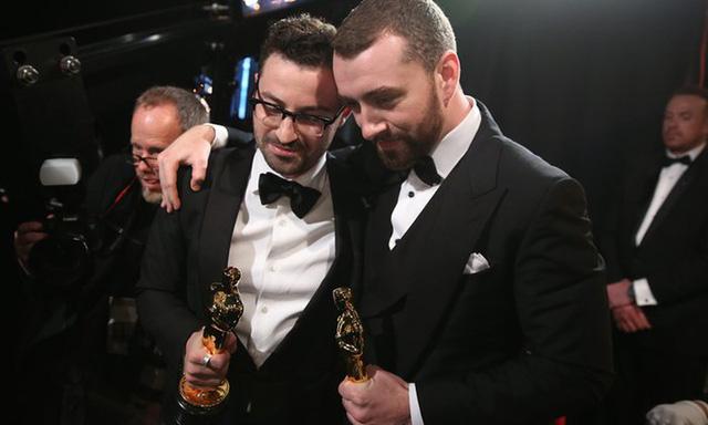 Sam Smith (phải) và Jimmy Napes nhận giải Ca khúc xuất sắc (phim Spectre). (Ảnh: Matt Sayles/Invision/AP)