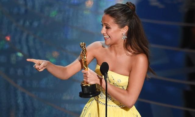 Alicia Vikander nhận giải Nữ diễn viên phụ xuất sắc cho phần thể hiện trong phim The Danish Girl. (Ảnh: Kevin Winter/Getty Images)