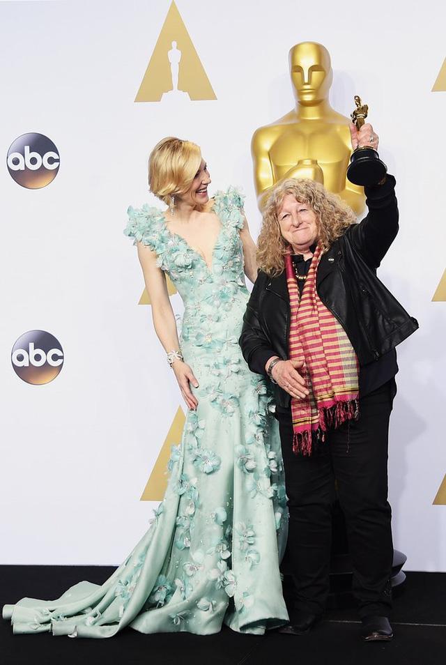 Cate Blanchett và NTK trang phục Jenny Beavan, người chiến thắng tại giải dành cho NTK trang phục xuất sắc với phim Mad Max. (Ảnh: Jason Merritt/Getty Images)