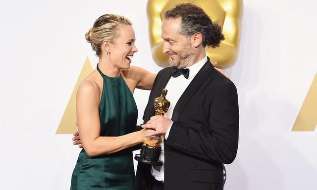 Diễn viên Rachel McAdams với Emmanuel Lubezki, người chiến thắng giải Quay phim xuất sắc cho phim The Revenant. (Ảnh: Jason Merritt/Getty Images)