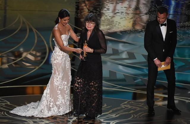 Liev Schreiber và Priyanka Chopra trao giải Biên tập phim xuất sắc cho Margaret Sixel, phim Mad Max: Fury Road. (Ảnh: Mark Ralston/AFP/Getty Images)