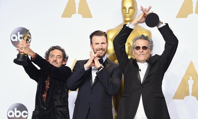 David White và Mark A Mangini chiến thắng giải Biên tập âm thanh xuất sắc, phim Mad Max: Fury Road. Cả hai chụp chung với diễn viên Chris Evans (ở giữa). (Ảnh: Jason Merritt/Getty Images)