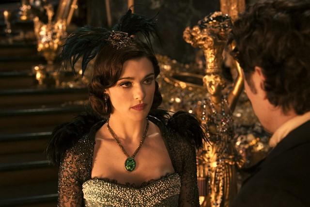 Nữ diễn viên Rachel Weisz vào vai phù thủy nham hiểm Evanora trong bộ phim Oz The Great and Powerful năm 2013. Vẻ quyến rũ của nhân vật phản diện này là ở những bộ áo choàng đen bí hiểm, cùng đôi môi tô son đỏ đầy sức hút.
