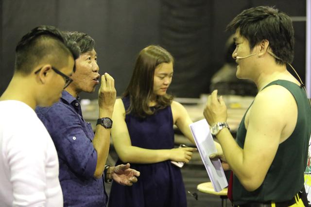 Ảo thuật gia Việt kiều Palmas Nguyễn (thứ tư từ trái sang) trao đổi cùng đạo diễn chương trình.