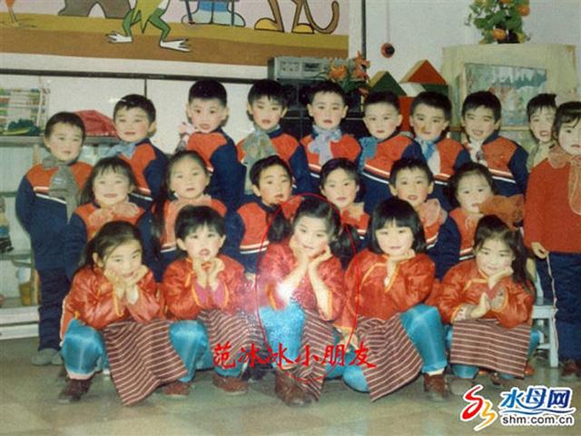 Phạm Băng Băng với má hồng xinh xắn, chụp ảnh lưu niệm cùng các bạn thời thơ ấu.