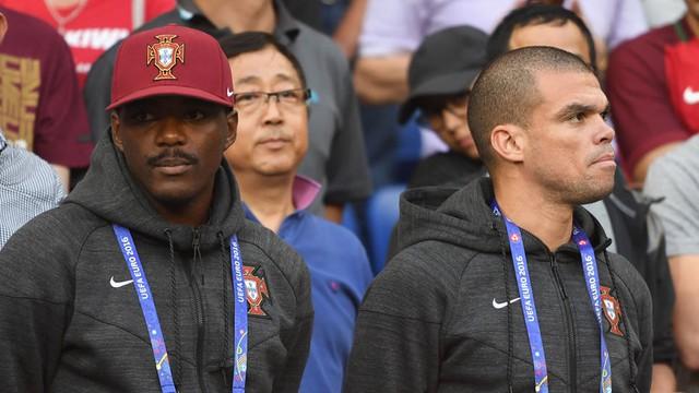 Pepe cùng với William Carvalho phải nghỉ thi đấu trận bán kết EURO 2016