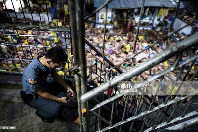 Nhiều người dính líu tới ma túy sợ lệnh thanh trừng ra đầu thú khiến các nhà tù tại Philippines bị quá tải.