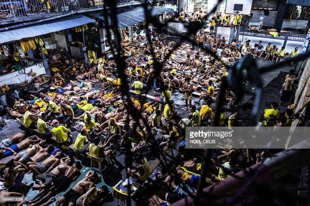 Vì quá đông phạm nhân nên sân bóng rổ trong nhà tù Quezon City, Manila cũng buộc phải trưng dụng làm nơi ngủ cho họ.