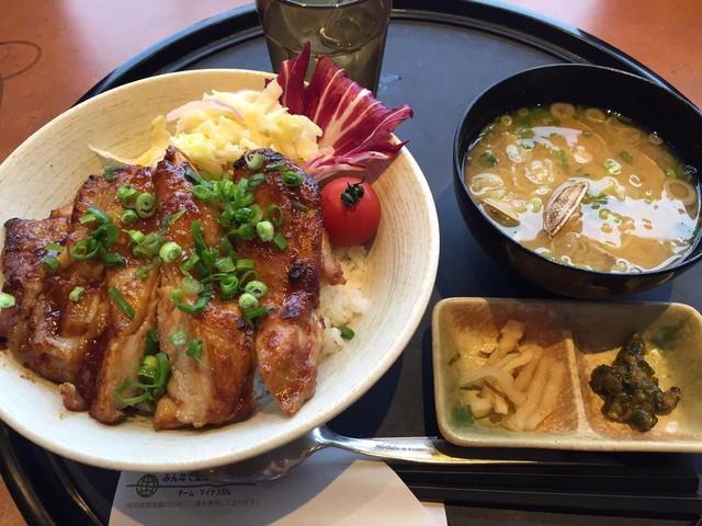 Khách hàng rất thích món súp Mio và cơm gà ở đây.