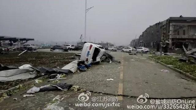 Khu dân cư trở nên tan hoang vì lốc xoáy và mưa đá. (Ảnh: Weibo)