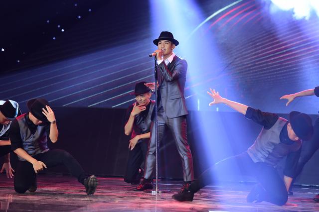 Nam ca sĩ xuất hiện trên sân khấu với bộ vest lịch lãm