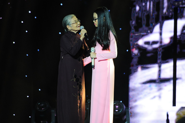 """Thể hiện ca khúc Con đường xưa em đi, ngay từ khi xuất hiện trên sân khấu, """"chị Bảy"""" Mỹ Chi đã nhận được sự cổ vũ của khán giả."""
