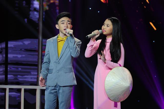 Cô bé Á quân Giọng hát Việt nhí ngày nào giờ đã ra dáng một thiếu nữ xinh đẹp, diện chiếc áo dài hồng truyền thống.