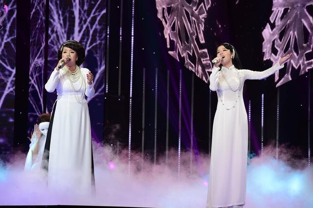 """Ở đội Quang Dũng, """"nàng thơ"""" Mai Phương cùng với Minh Thảo trong hai bộ trang phục áo dài trắng kết hợp ăn ý với nhau qua nhạc phẩm Sương lạnh chiều đông. Nếu Mai Phương có giọng hát trầm ấm thì chất giọng của Minh Thảo lại có độ luyến láy ngọt ngào."""