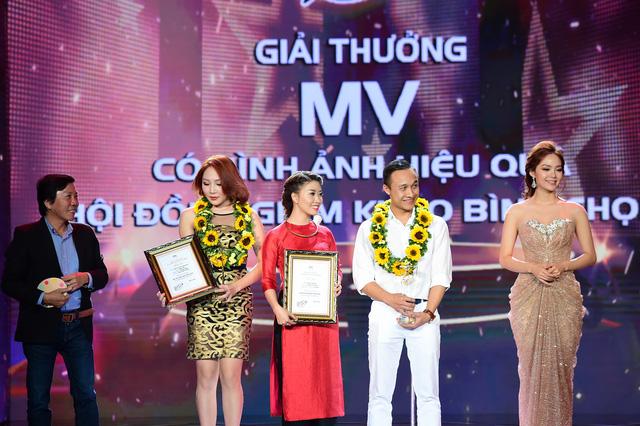 Bảo Yến và Vũ Bùi Thu Thủy nhận giải MV có hình ảnh hiệu quả nhất.
