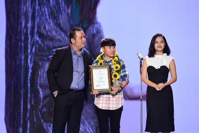 Vợ chồng Quang Huy - Phạm Quỳnh Anh trao giải Đạo diễn MV ấn tượng nhất cho Đinh Hà Uyên Thư