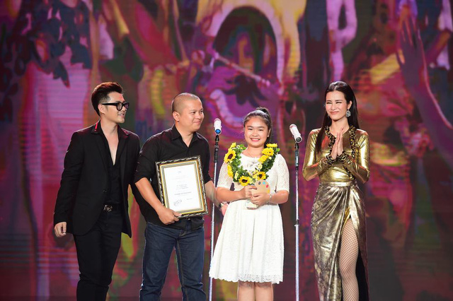 Đông Nhi - Ông Cao Thắng trao giải thưởng do khán giả bình chọn - MV được yêu thích nhất cho Tết đoàn viên của bé Thiện Nhân