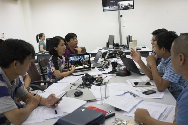 Ê-kíp sản xuất họp bàn kế hoạch ghi hình chương trình Chanchu: Câu chuyện 10 năm (Ảnh: Trần Long)