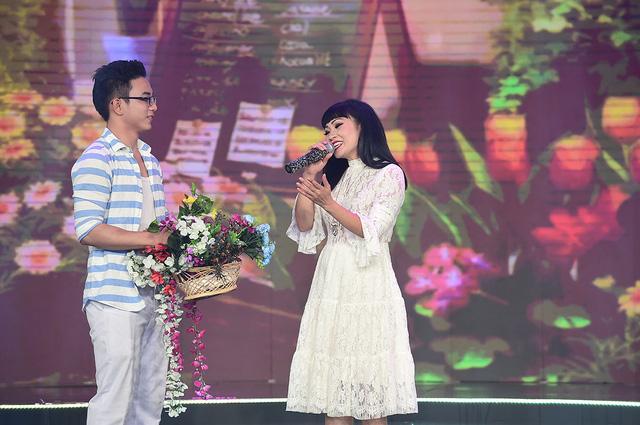 Nữ ca sĩ Phương Thanh xuất hiện trẻ trung với chất giọng khàn đặc trưng nhận được sự cổ vũ nhiệt tình từ khán giả.