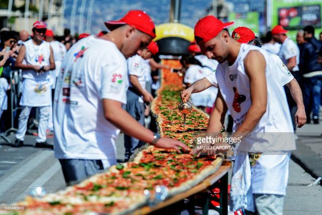 Ngày 18/5/2016, chiếc bánh pizza dài nhất thế giới đã được ghi nhận kỷ lục Guiness. Các thợ làm bánh của Napoli đã sử dụng 2.000 kg bột, 1.600 kg cà chua, 2.000 kg mozzarella, 200 lít dầu, 30kg húng quế tươi. Chiếc bánh thành phẩm có chiều dài 1.853,88 mét.