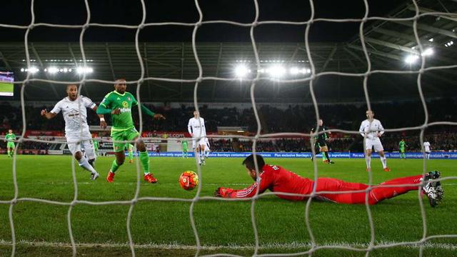 Fabianski đã có một vòng đấu đáng quên trong màu áo Swansea.