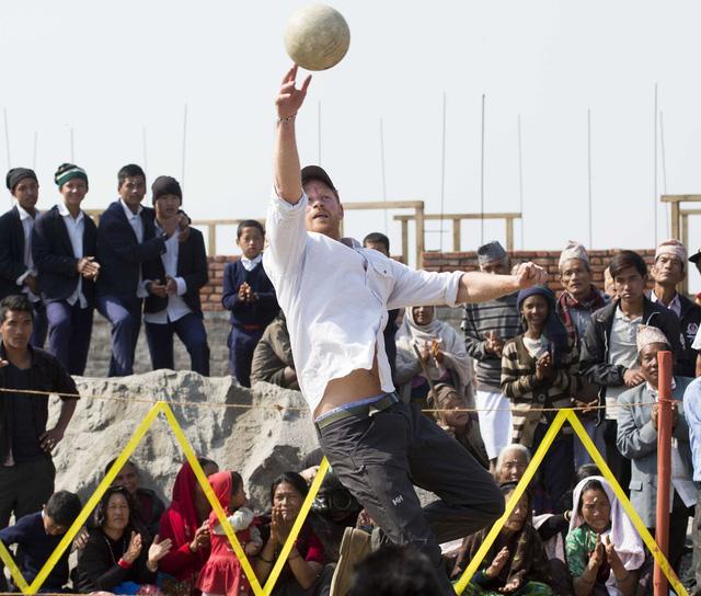Harry chơi bóng chuyền.