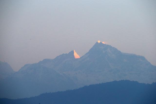 Sau khi chia sẻ một đêm tại ngôi làng Leorani, Harry đã dậy rất sớm để có thể ngắm bình minh trên đỉnh Himalaya. Và đây là ánh sáng mặt trời đầu tiên xuất hiện trên đỉnh núi Himalaya.