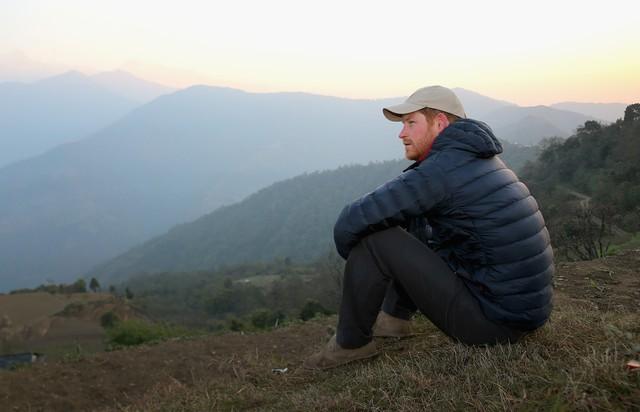 Hoàng tử Harry ngồi ngắm mặt trời mọc sau khi ngủ qua đêm ở làng Leorani.