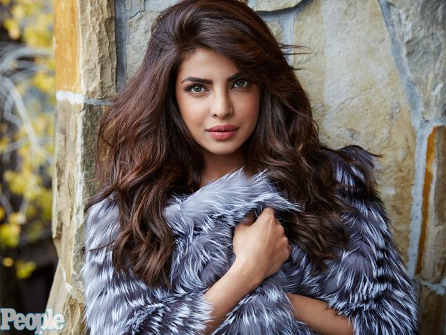 """Hoa hậu Thế giới Priyanka Chopra từng được tuần báo London Eastern Eye bình chọn là """"Người phụ nữ quyến rũ nhất châu Á"""" năm 2015. Chopra giành được nhiều giải thưởng ở Ấn Độ và từng là người phụ nữ Nam Á đầu tiên xuất hiện trên các tiêu đề báo Mỹ."""