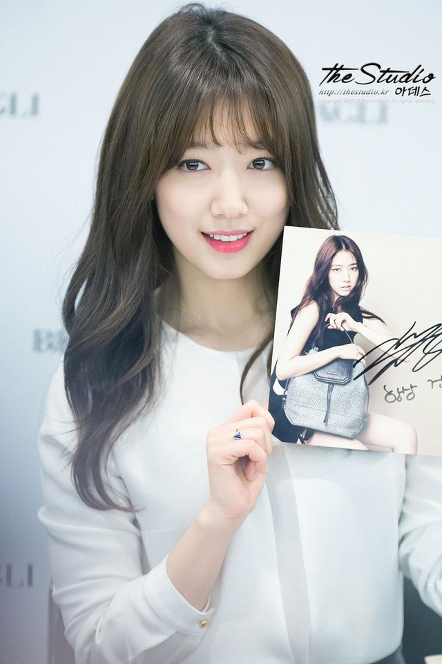 Gương mặt thon gọn cùng nụ cười thiên thần đốn tim phái mạnh của Park Shin Hye tại một sự kiện