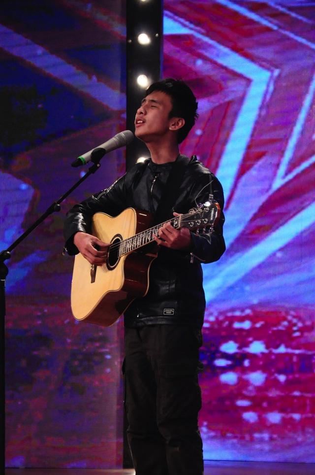 Chàng trai khiếm thị 16 tuổi Quang Huy là người đã nhận được nút vàng quyền lực từ giám khảo Việt Hương cho phần thi hát của mình.