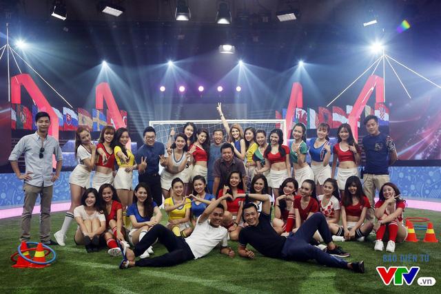 Ê-kíp sản xuất chương trình và 24 cô gái của Nóng cùng EURO 2016 chụp hình lưu niệm