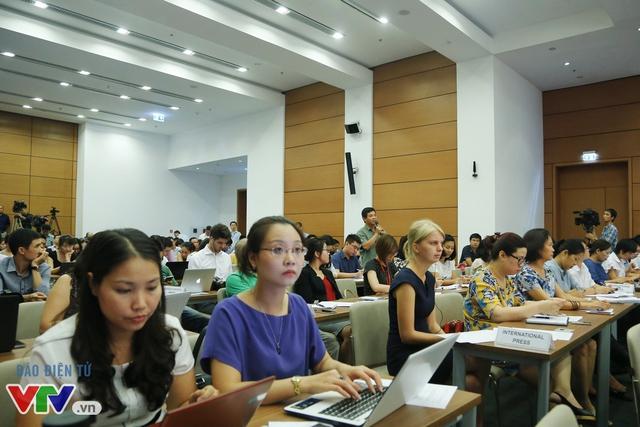 Đông đảo cơ quan báo chí tới tham gia cuộc họp báo của Quốc hội.