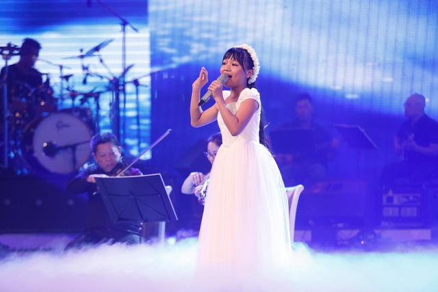 Giám khảo Huy Tuấn đã đánh giá đây là lựa chọn mạo hiểm của Quỳnh Anh nhưng cô bé đã thể hiện tốt ở những nốt cao và chất giọng giả thanh.