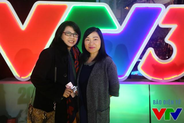BTV Kim Ngân lưu lại khoảnh khắc gần gũi bên BTV Huyền Thanh, một trong những MC - BTV kỳ cựu thời đầu của VTV3.