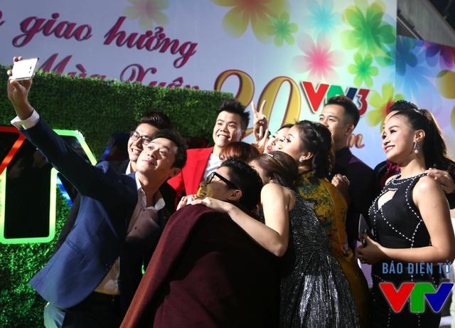MC Anh Tuấn chụp ảnh cùng các MC trẻ và khách mời của chương trình Bản giao hưởng mùa xuân.